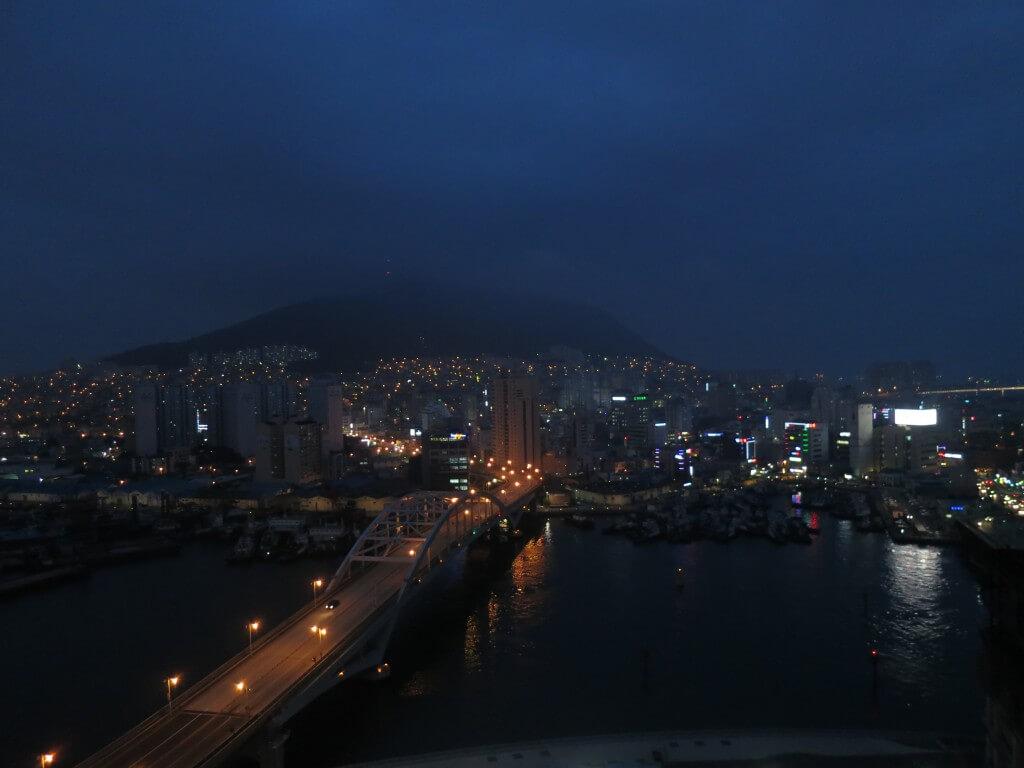 ビルの屋上から観る釜山の夜景は曇っていたけどキレイだった