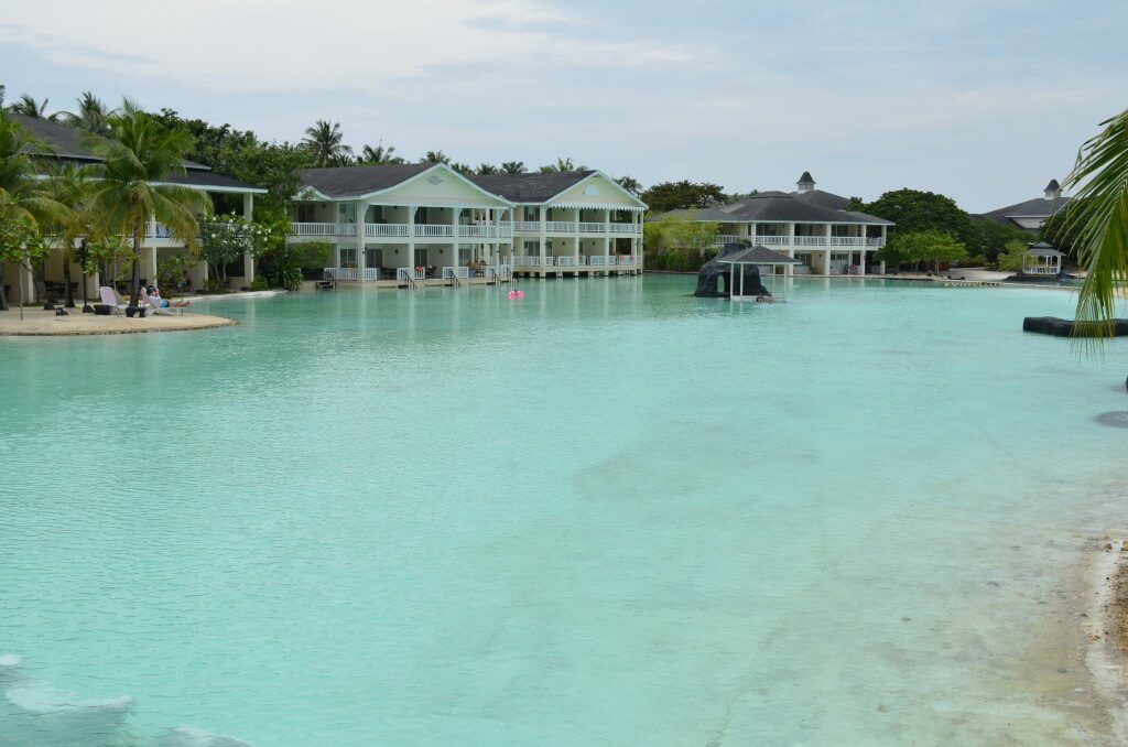 マクタン島 リゾートホテル デイユース プランテーションベイ プール