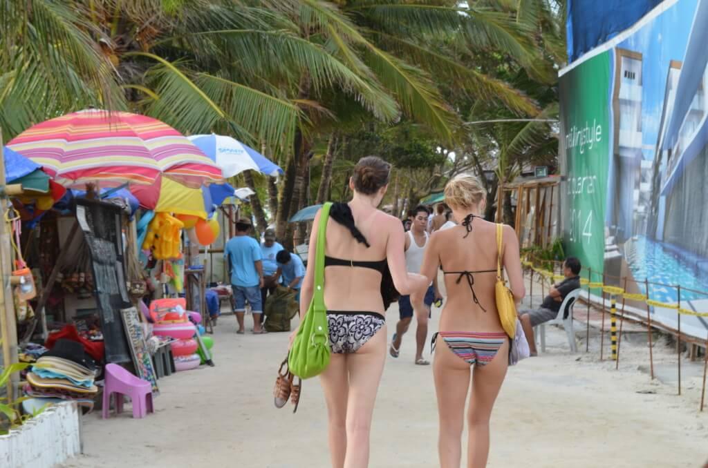 ボラカイ島のビーチでサンセットを眺めながら飲むビールは最高です
