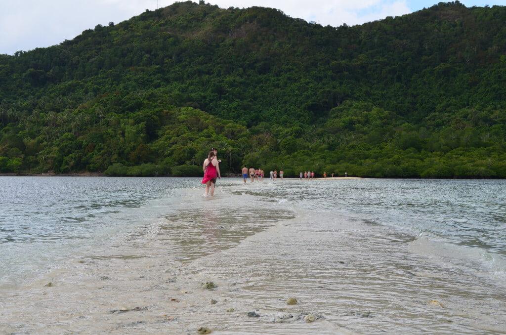 パラワン島のエルニドのアイランドホッピングのBコースのスネークアイランドは引き潮の時は島と島を歩いて渡れる