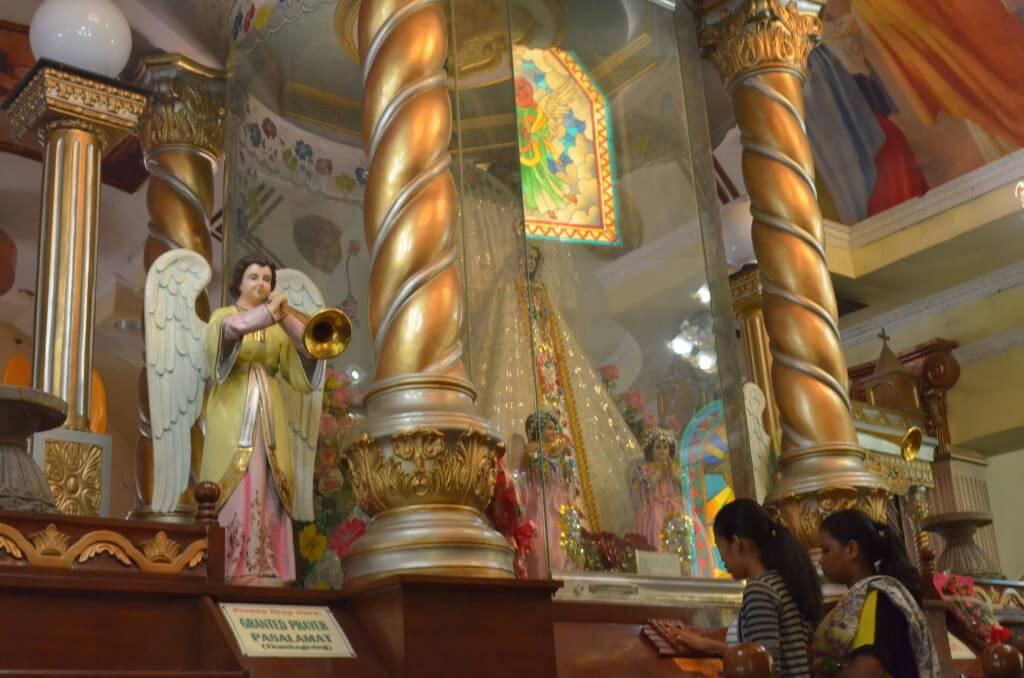 シマラ教会には色んな国のマリア像があるけどアフリカのマリア様像は黒人