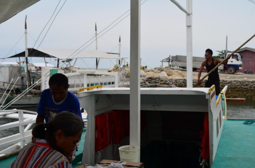 やっぱり一筋縄では目的地マヤ港には着けない!向こう岸のマラパスクア島に行きたいがボートが・・・。