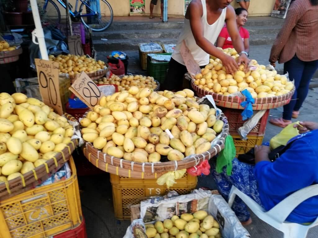 セブ島のカルボンマーケット(Carbon Market)はフルーツが安いし豊富でマンゴーが有名です