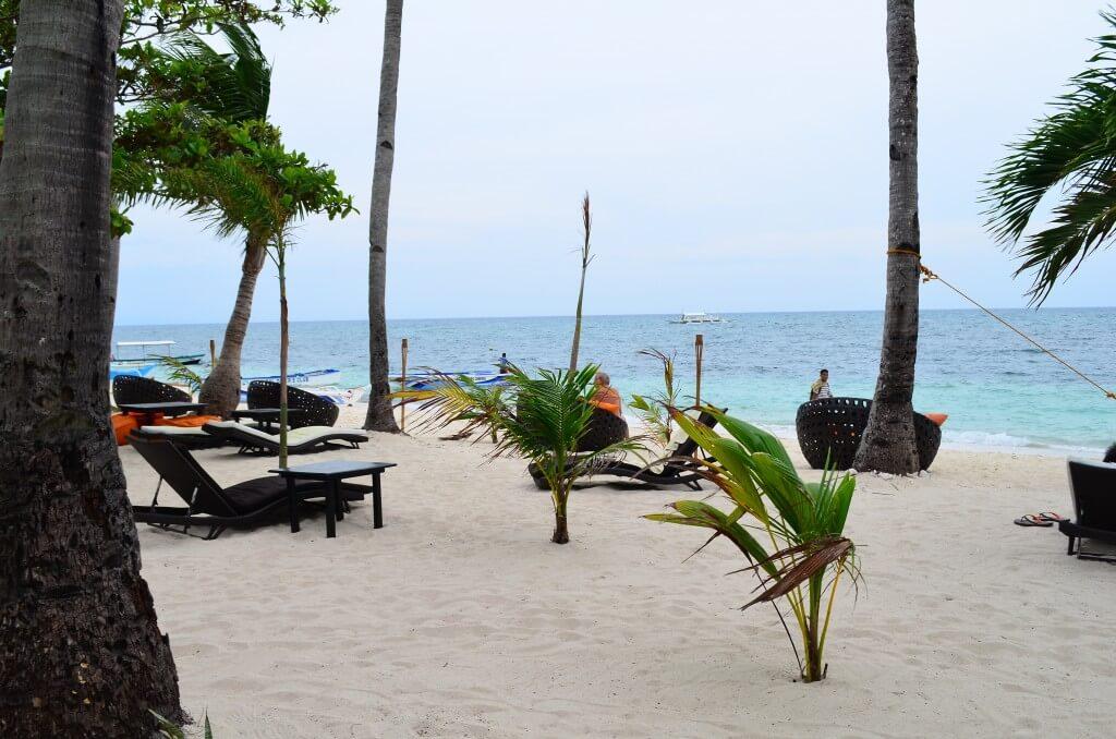 マラパスクア島のホワイトサンドビーチは観光客がそこまでいないからのんびりできる