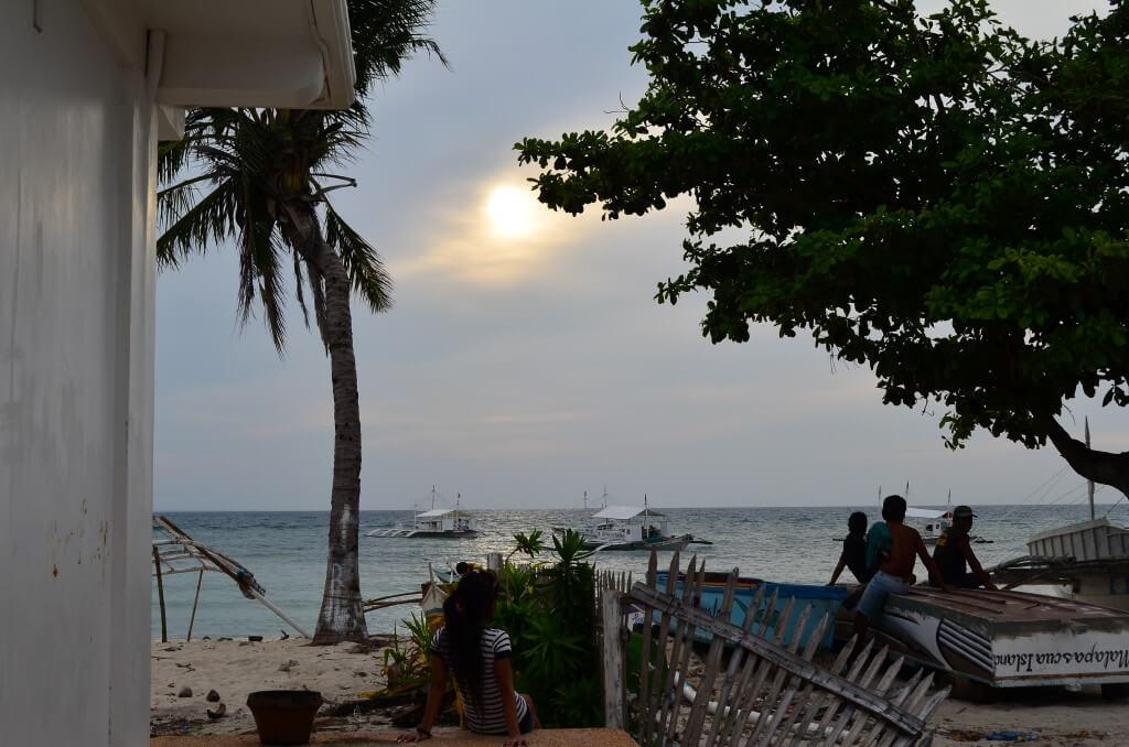 マラパスクア島の観光の醍醐味はただ海辺でサンセットを眺める