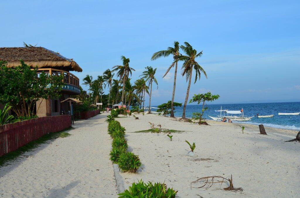 マラパスクア島 ビーチ沿い レストラン ホテル