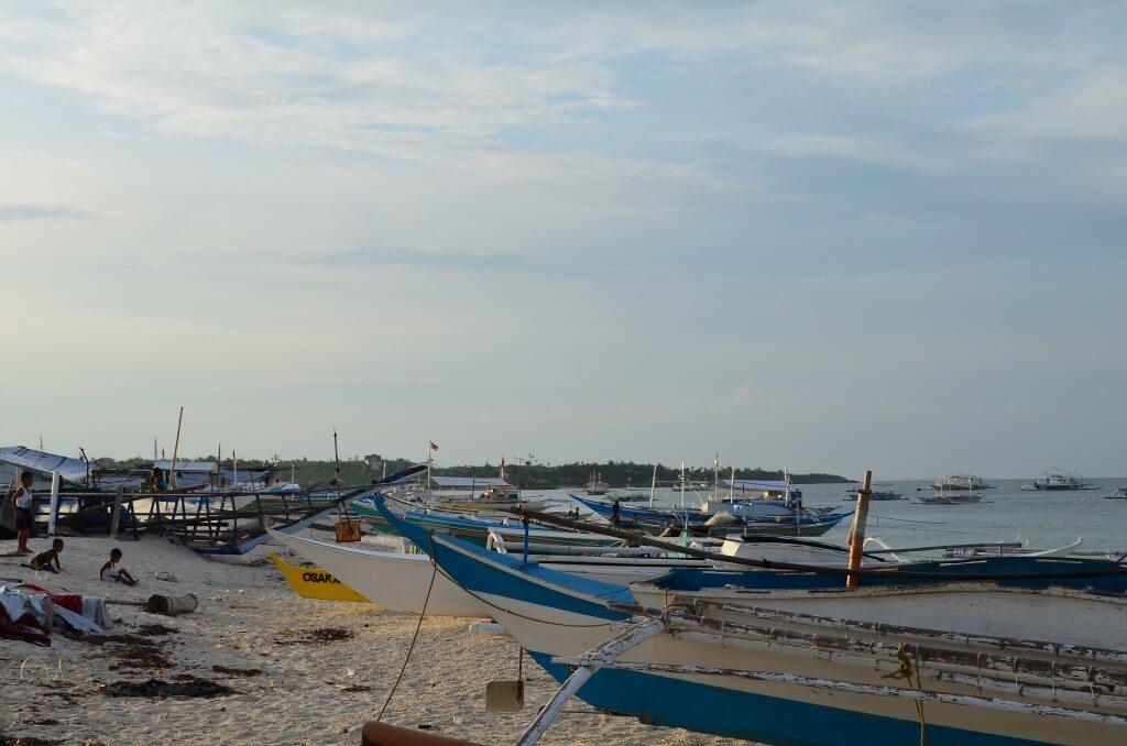 マラパスクア島 海辺 子供