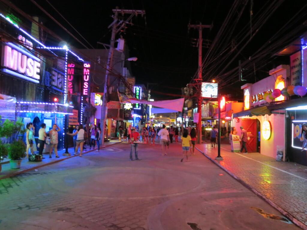 アンヘレスの夜遊びでおすすめのゴーゴーバーはやっぱりドールハウス(DollHouse)とクラブアトランティス(Club Atlantis)