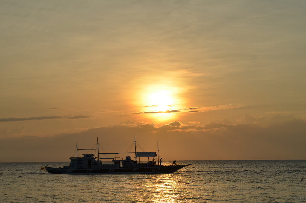 セブ島観光地「モアルボアル」ダイビングスポットでもあり、遠浅の海でシュノーケリングも楽しい!