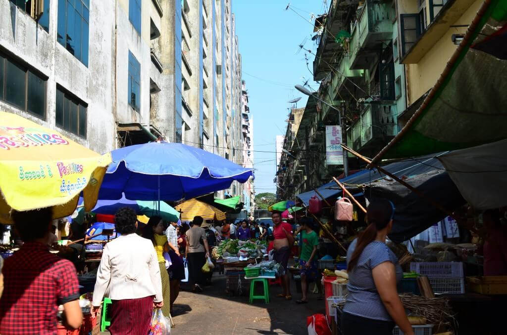 ヤンゴンの街には路上売りの屋台がひしめきあっている!