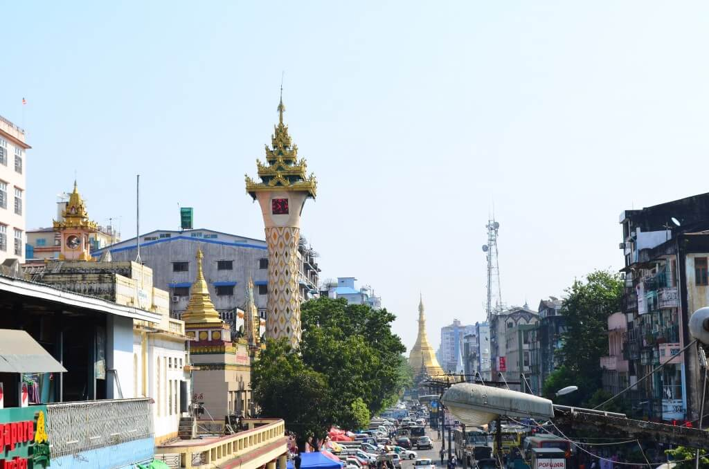 ヤンゴン観光へ!街は碁盤の目の通りになっていてわかりやすいです!スレー・パゴダとマハバンドゥーラ公園に向かっていると?
