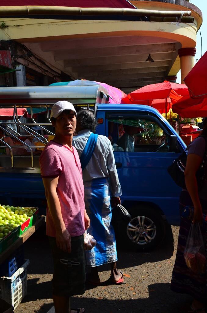 ローカルバスはヤンゴン国際空港からソンテウ?で途中まで行ってそこからバスに乗り換える