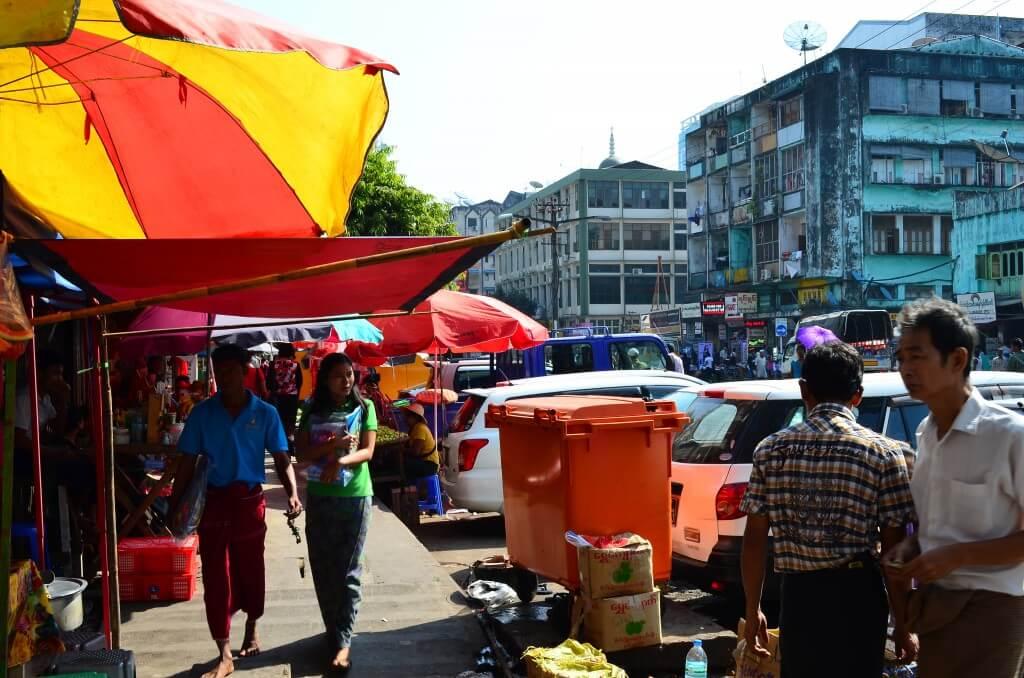 ヤンゴンの街は「碁盤の目の通り」でわかりやすい!スレー・パゴダとマハバンドゥーラ公園に向かっていると?