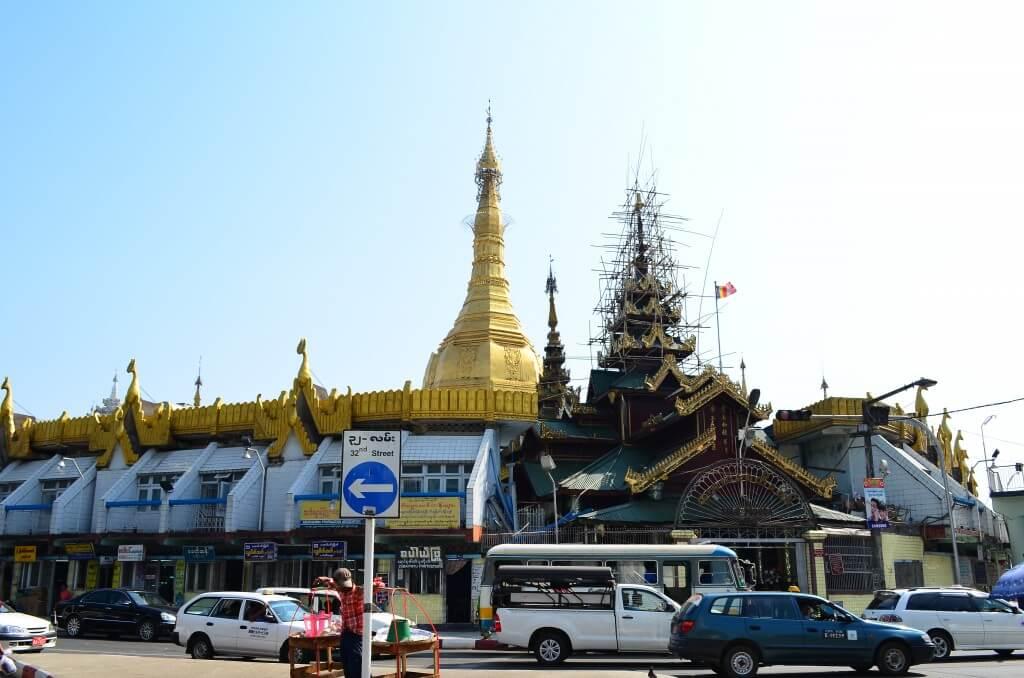 ヤンゴン観光は街の中心にあるスレー・パゴダ