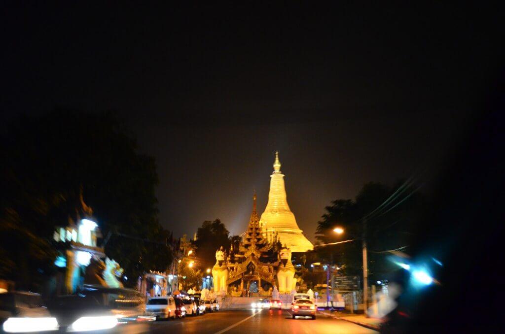 夜のヤンゴン観光はヤンゴン最大のパゴダ(寺院)のシュエダゴン・パゴダのライトアップは必見!