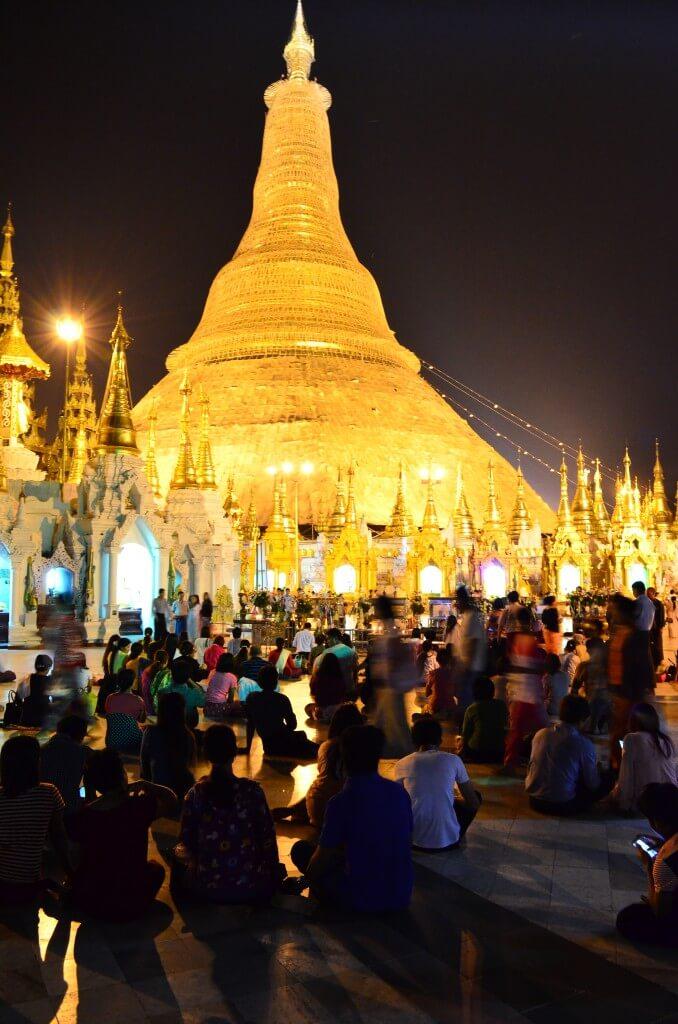 シュエダゴン・パゴダ ライトアップ ミャンマー人 写真 観光