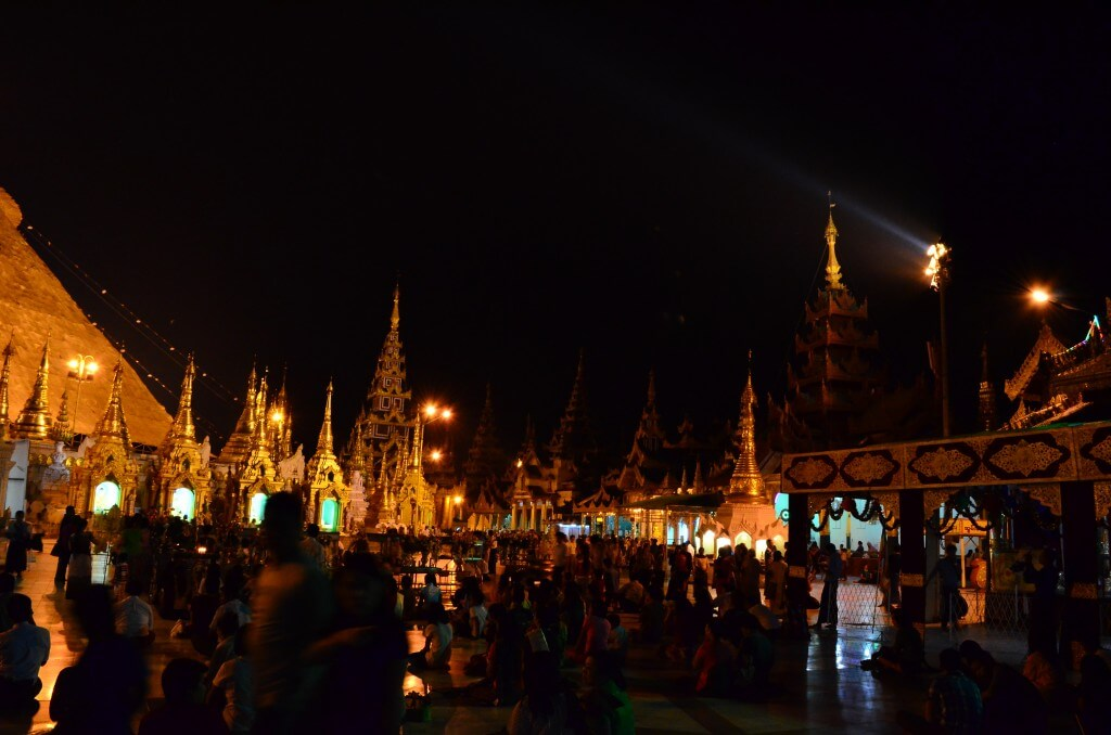 シュエダゴン・パゴダ 憩いの場 ミャンマー人 お参り 団らん ヤンゴン ミャンマー