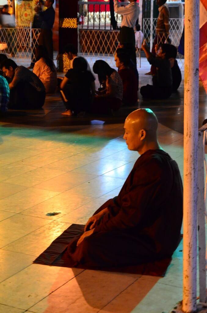 シュエダゴン・パゴダ 僧侶 祈り 瞑想 ヤンゴン ミャンマー