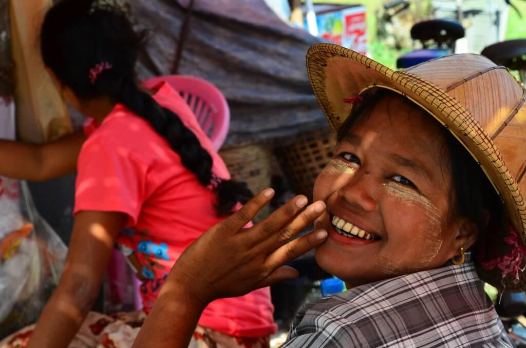 ミャンマーの魅力はなんといっても気さくで優しさ溢れるミャンマー人の笑顔!!