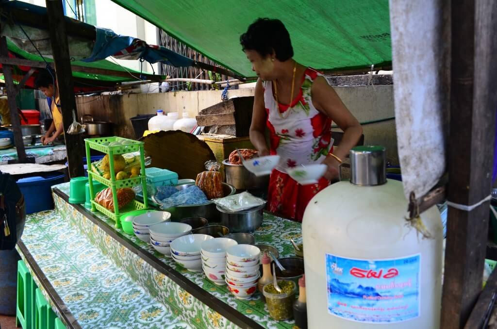 タナカは天然の化粧品!ミャンマー人の女の子が顔に塗っている白いものは?