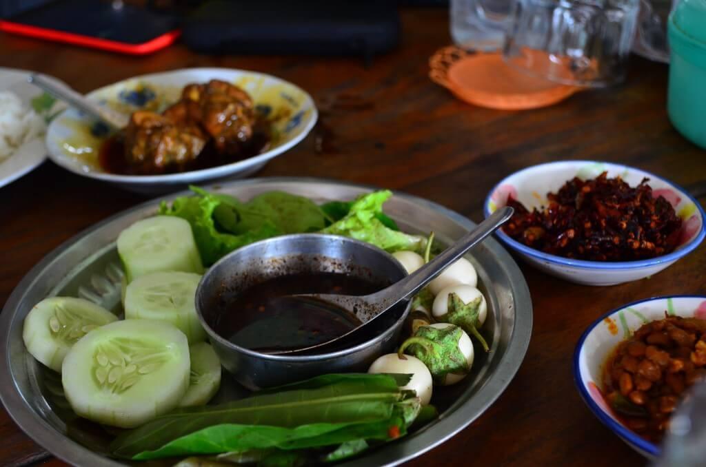キンプンでミャンマーカレーを食す!生野菜もおかわり自由でおいしいよ!