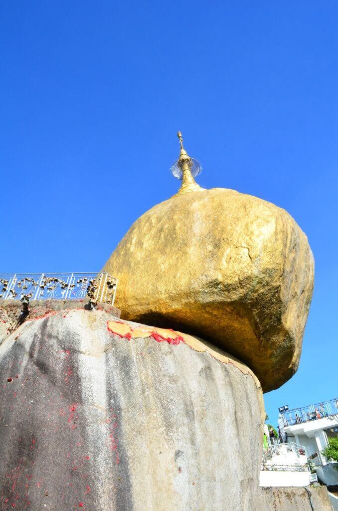 ゴールデンロック チャイティーヨー・パゴダ 岩 落ちそうで落ちない キンプン ミャンマー