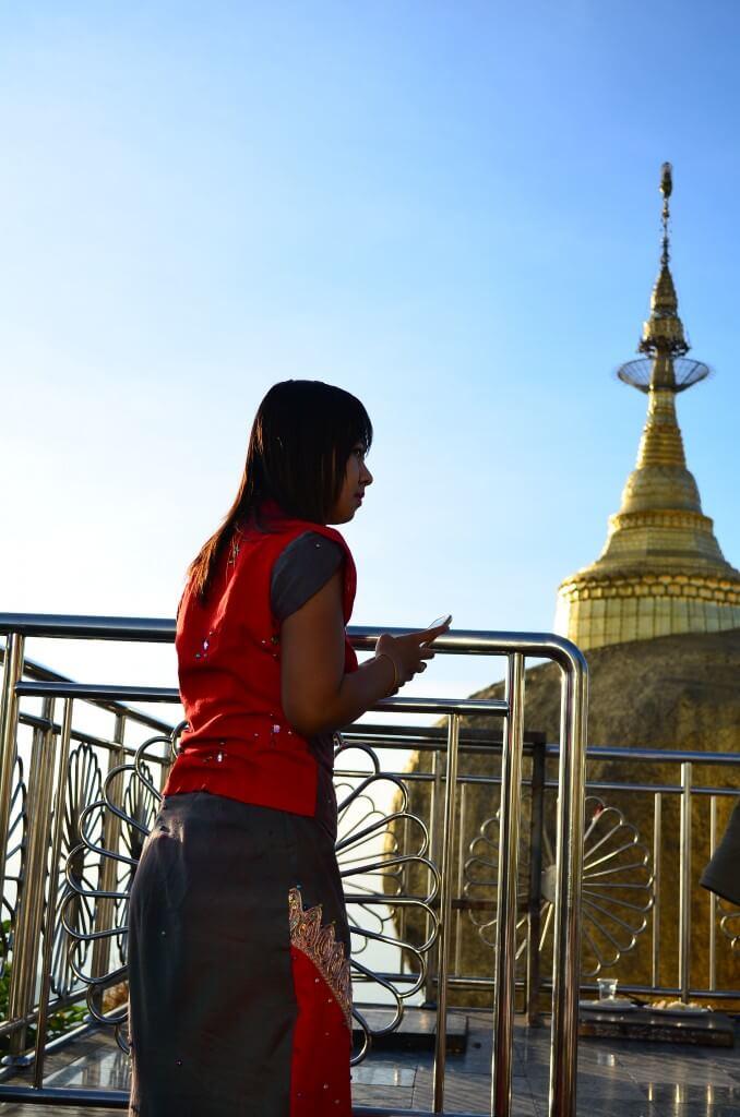 ゴールデンロックの上の仏塔には「仏陀の遺髪」が収められていてバランスをとっている!