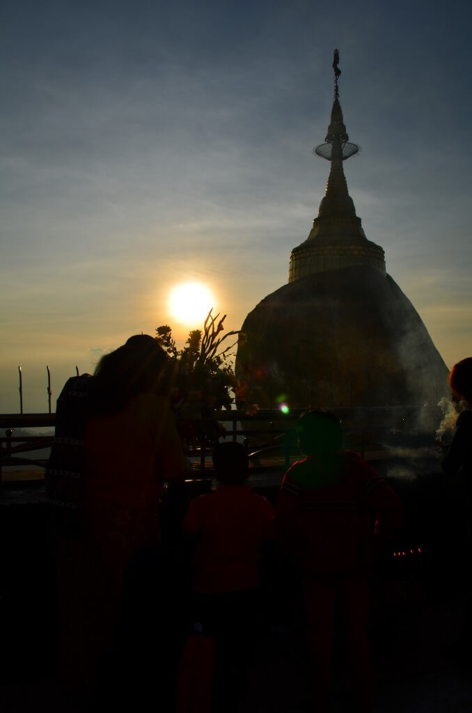 ゴールデンロック(チャイティーヨー・パゴダ) サンセット 夕日 絶景 キンプン ミャンマー