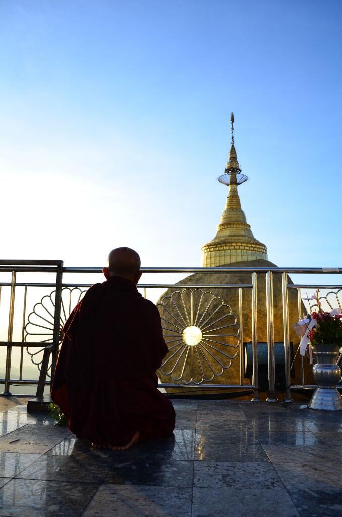 僧侶 お坊さん ゴールデンロック(チャイティーヨー・パゴダ) サンセット 夕日 絶景 キンプン ミャンマー
