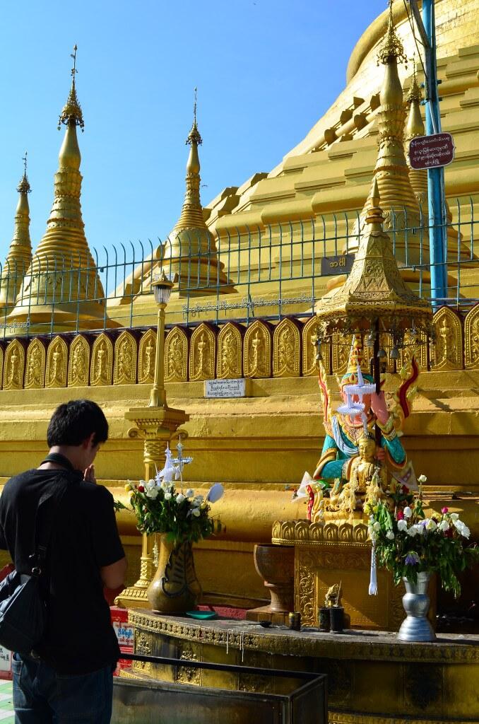 ミャンマーでは生まれた曜日が八曜日といい、それにより性格・人生・相性が決まる!自分の八曜日の祭壇に向かってお祈りをするよ!