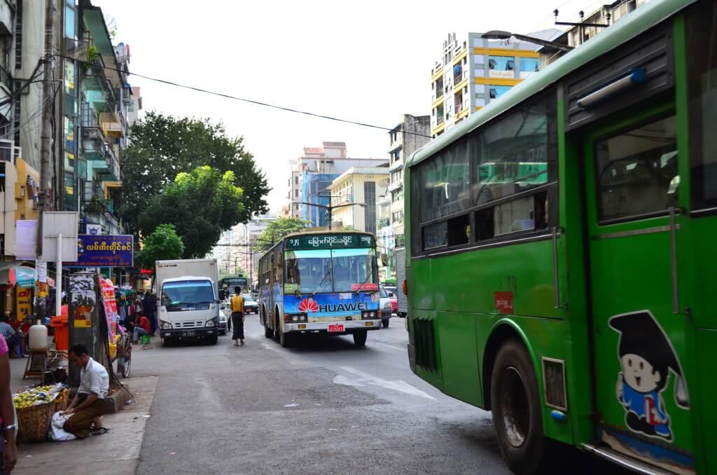ヤンゴン市内の移動手段でバスはわかりづらいからタクシーが便利です