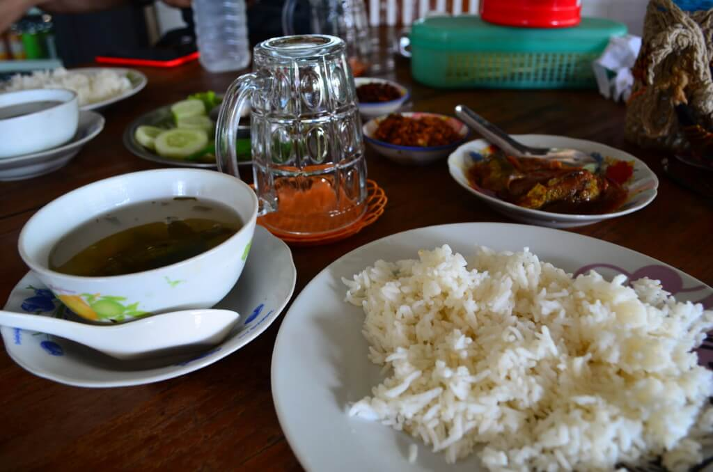 キンプンの食事!バスを降りたところのSeaSar restaurant(シーサーレストラン)はミャンマーカレーがうまい!