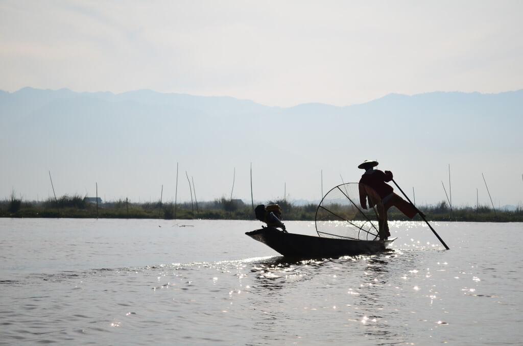 インレー湖の村のミャンマー人伝統漁芸!片足でボートを操り漁をするインレーの人々