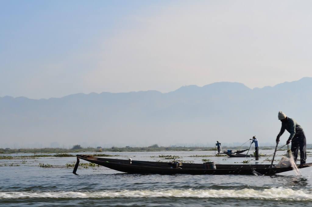 インレー湖 片足でボートを漕ぎ漁をする人々 ニャウンシュエ ミャンマー ツアー