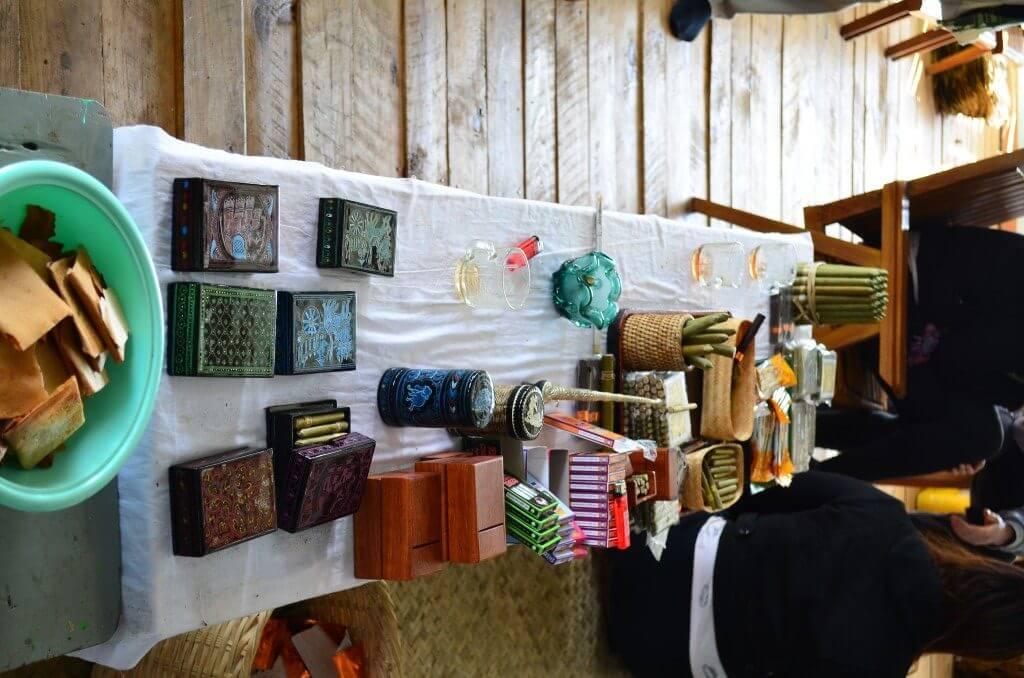 インレー湖ツアーはミャンマーの葉巻の工房によるのでお土産で買える