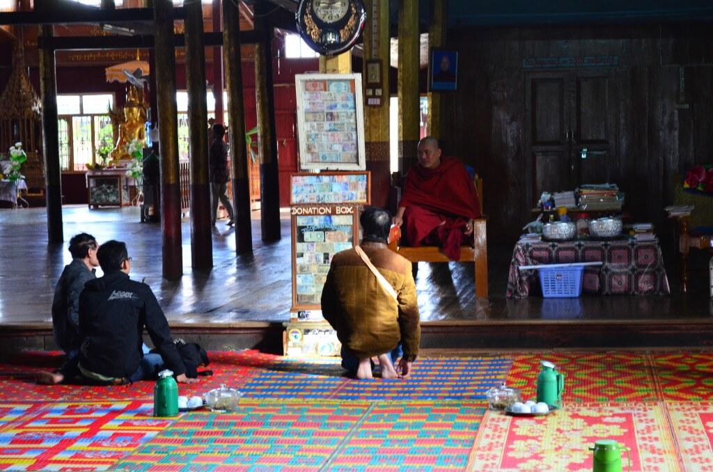 ミャンマーでは孤児をお寺で預かり、教育をしているからホームレス、物乞いが少ないのだと。