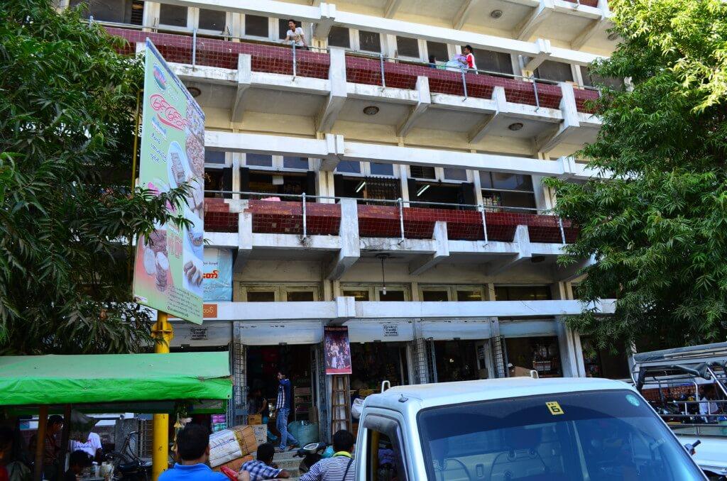 マンダレー観光!ゼージョーマーケットでモヒンガを食べてミャンマー人と仲良くなって王宮に行くも!?