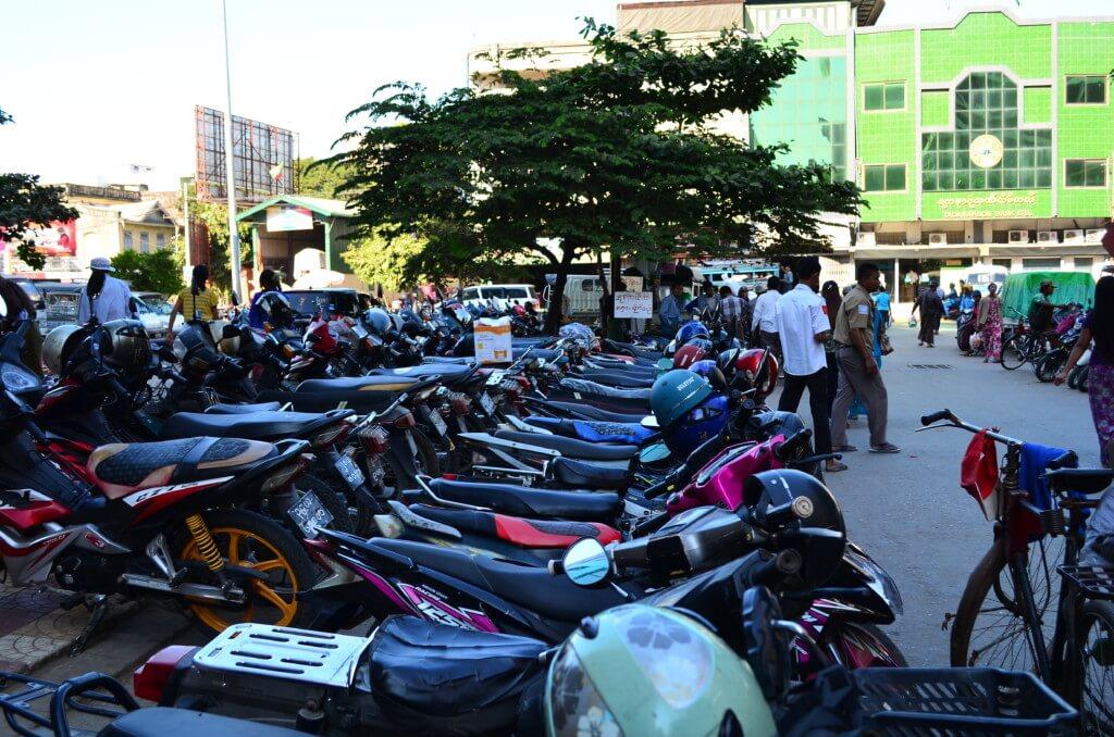 マンダレー市内の移動手段はバイクタクシーが交渉で便利です