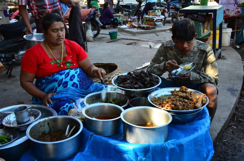 マンダレーといったらミャンマー料理のモヒンガー!地元民に食べ方を習うと美味い!