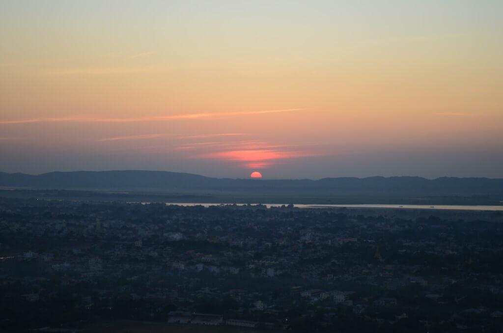 マンダレーヒルから観るサンセットは絶景で観光客も多いです