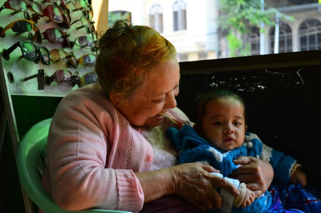 ミャンマーのおばあちゃんと孫 メガネ屋 マンダレー