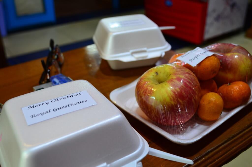 サプライズでケーキとフルーツをくれるとってもいいマンダレーの安宿ロイヤルゲストハウス