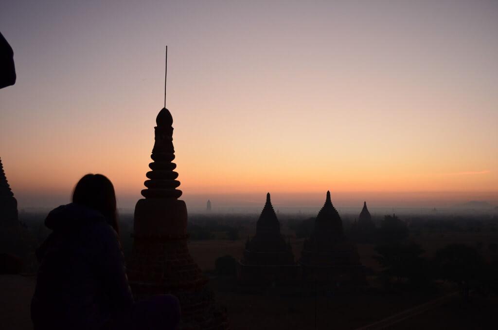 バガン遺跡のBulethiにはサンライズ(朝日)を待ち構えている人が皆遺跡に登りただひたすらその瞬間を待っている