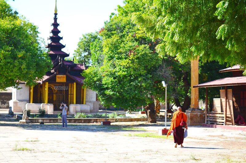 バガン遺跡 ミャンマー 僧侶 仏教徒