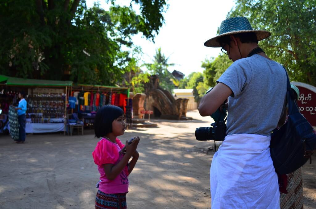 バガン遺跡 ミャンマー 物売りの少女