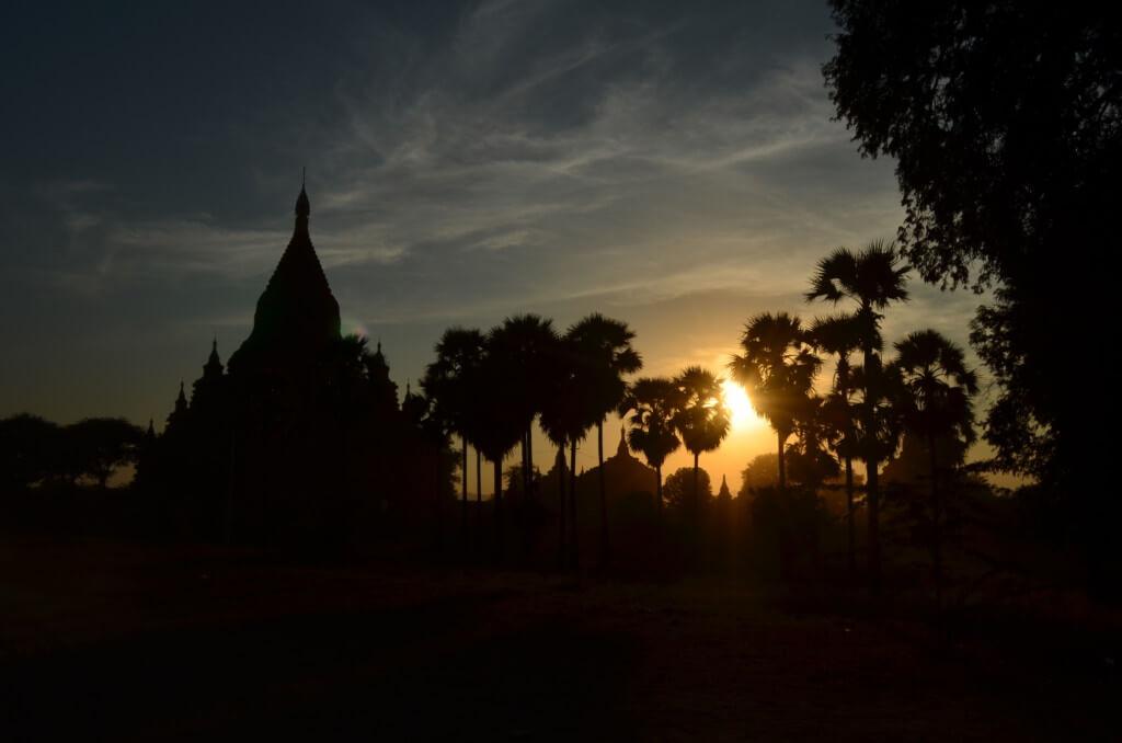 バガン遺跡のサンセット(夕日)観光ポイントはシュエサンドー・パゴダ(Shwesandaw Pagoda)