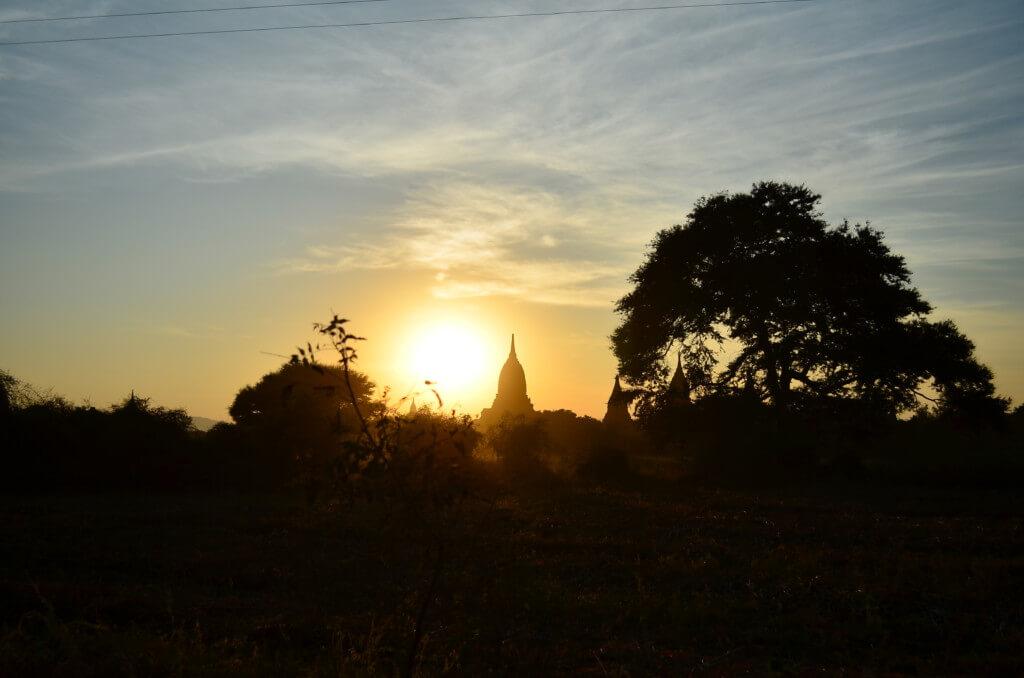 バガン遺跡でサンセット(夕日)観光はシュエサンドー・パゴダ(Shwesandaw Pagoda)だけど注意が必要