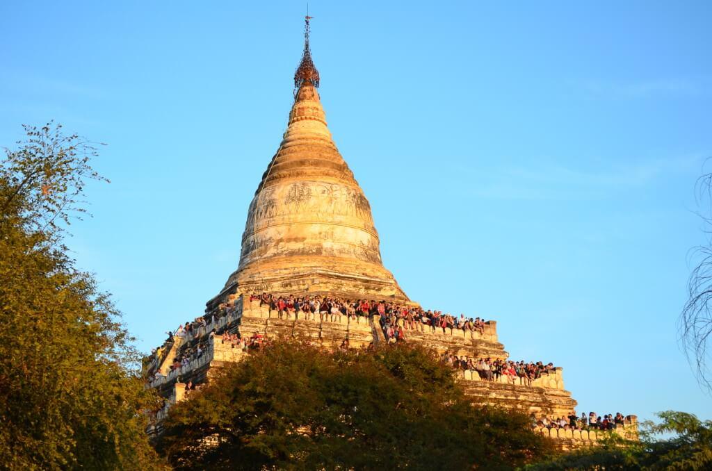シュエサンドー・パゴダ(Shwesandaw Pagoda)は入村料の10ドルのチケットがないと入れない