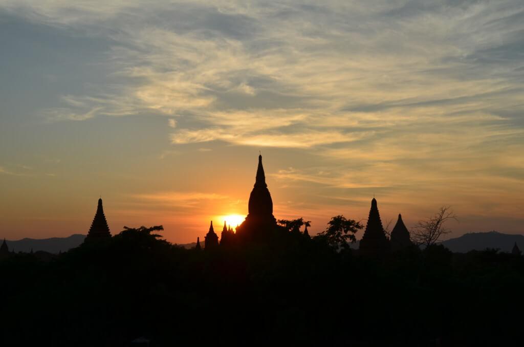 シュエサンドー・パゴダ(Shwesandaw Pagoda)周辺のパゴダからでもサンセット(夕日)が観れる
