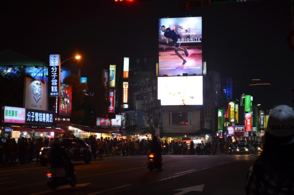 台北で一番大きくて賑わっている士林夜市(しりんよいち)は渋谷のような感じ